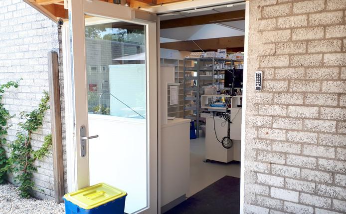 Apotheek weer open via achteringang na plofkraak in Roosendaal.