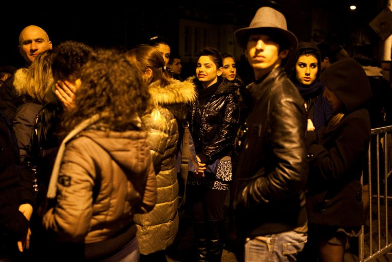 Jongeren wachten bij de ingang van cultuurtempel Paradiso in Amsterdam Beeld ANP