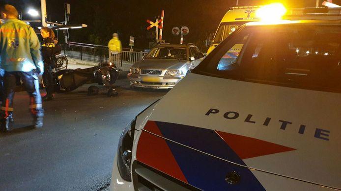 Op de Kerstraat in Glanerbrug is een motorscooter donderdagavond frontaal op een auto gebotst.