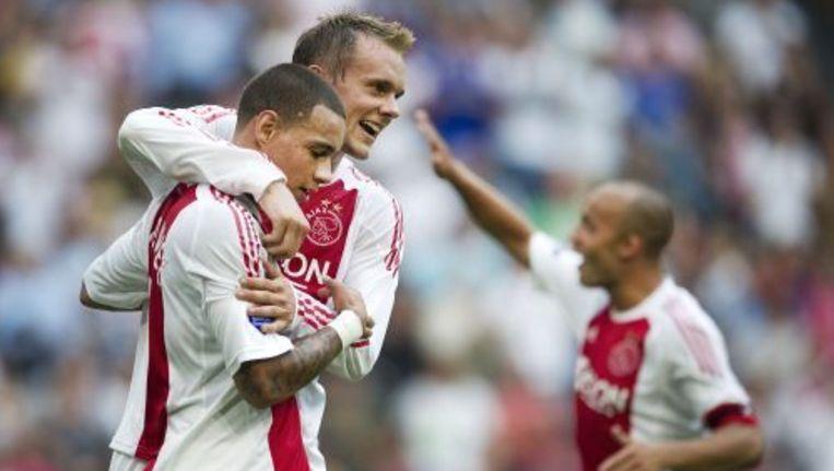 Gregory van der Wiel (L) van Ajax wordt door teamgenoot Siem de Jong gefeliciteerd met zijn 2-1 tegen Vitesse. Op de achtergrond Demy de Zeeuw. ANP Beeld