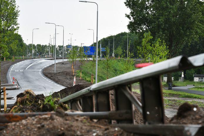Vlakbij de Oude Duikenburg is al een oprit aangelegd naar de Waalbrug. Ook zonnevelden erbij wordt SGP en CDA te veel op deze plek