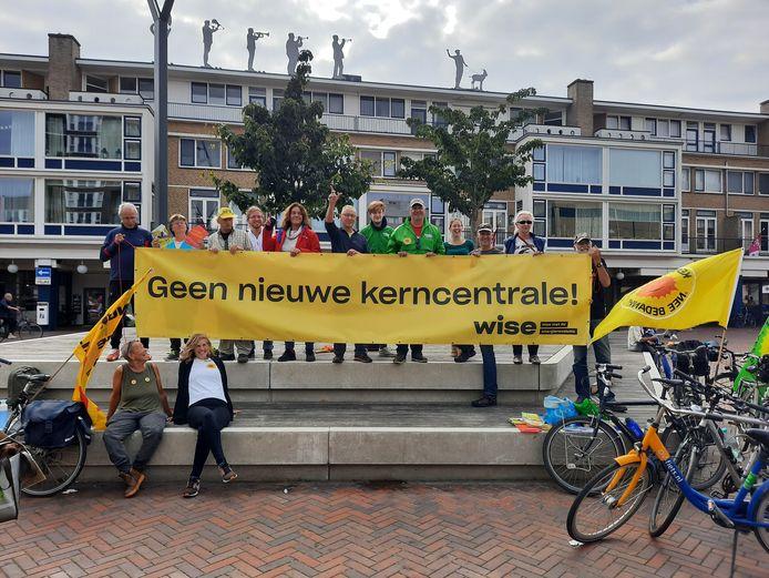 Het spandoek van Wise Nederland, zaterdagmiddag getoond tijdens een tussenstop in Roosendaal, laat er geen misverstand over bestaan: 'Geen kernenergie' en dus ook 'Geen nieuwe kerncentrale' in Zeeland of Noord-Brabant. Achter het doek in het midden met opgestoken hand Gerard Brinkman, campagneleider Wise en naast hem (rode jas) Inez Flameling, PvdA-Statenlid.