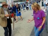 Opa tovert bij mensen een lach op het gezicht met swingende dansjes op Scheveningen
