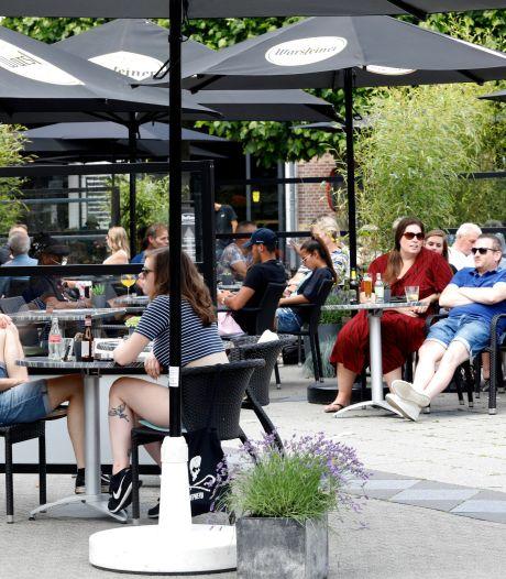 Megaterras op Markt in Wijchen vanaf woensdag weer open: 'Ik hoop dat de beperking er snel af gaat'