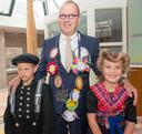 Burgemeester Theo Segers wordt in 2015 geïnstalleerd. Kinderen van de basisscholen uit de gemeente Staphorst heten de burgemeester welkom.