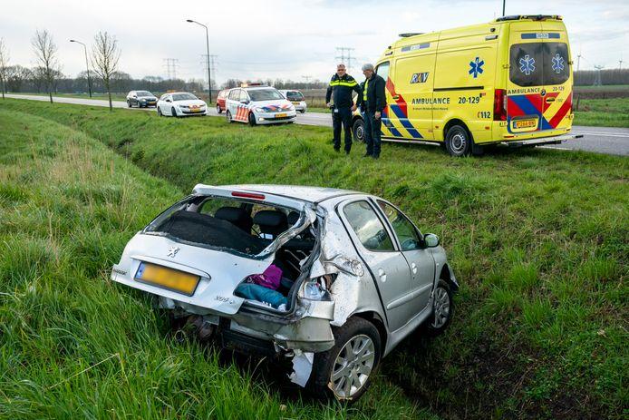 Auto in sloot Geertruidenberg.