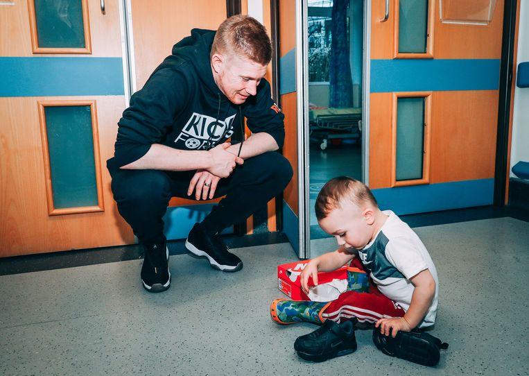 Kevin De Bruyne deelt schoenen uit voor het goede doel 'Kicks for Kids'