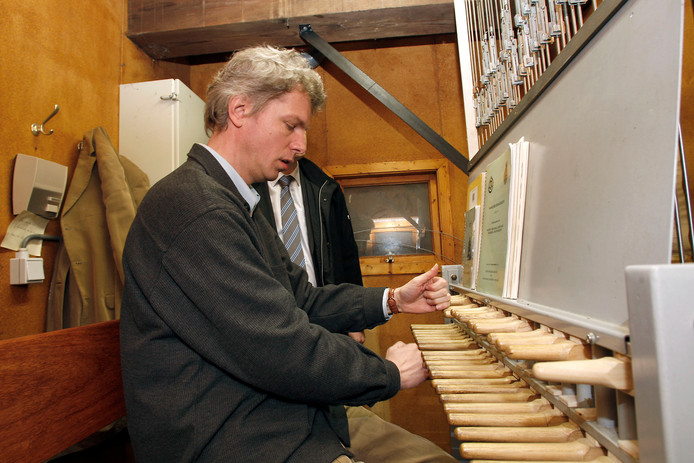 Beiaardier Henk Veldman speelt op tweede pinksterdag hits van onder meer Status Quo op het carillon van de basiliek in Raalte.