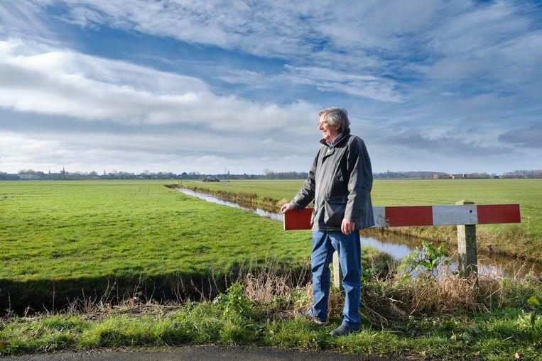 Vogelwachter Pieter Veenstra bij het weiland waar een villawijk gepland staat. Beeld Sjaak Verboom