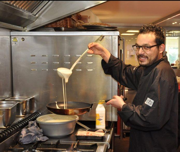 Tibor Benschop bakt pannenkoeken bij Proeverij De Ontmoeting in Ermelo, waar hij zijn mbo-diploma Kok behaalde.