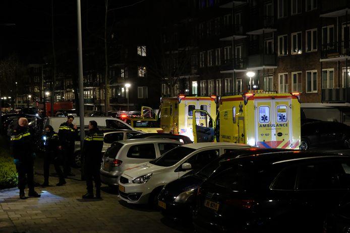 In een woning aan de Beeningerstraat raakte een man zwaargewond en een vrouw lichtgewond.