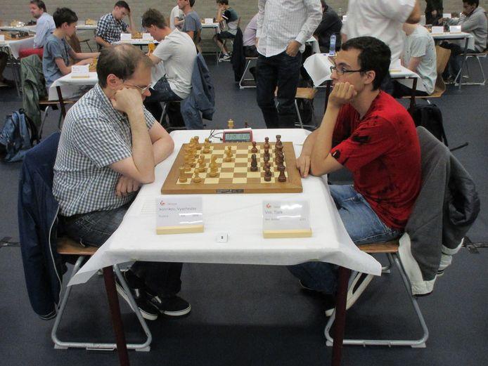 Kampioen van 2014 Vyacheslav Ikonnikov wordt verrast door Tjark Vos.