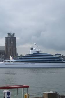 Superjacht Jubilee vaart voorbij Dordrecht