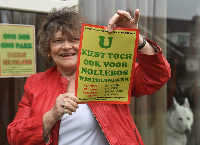 """Koosje Naudts met de niet mis te verstane poster: """"De kiezer heeft de politiek terechtgewezen en gezegd: en dít willen WIJ met het Nollebos."""""""