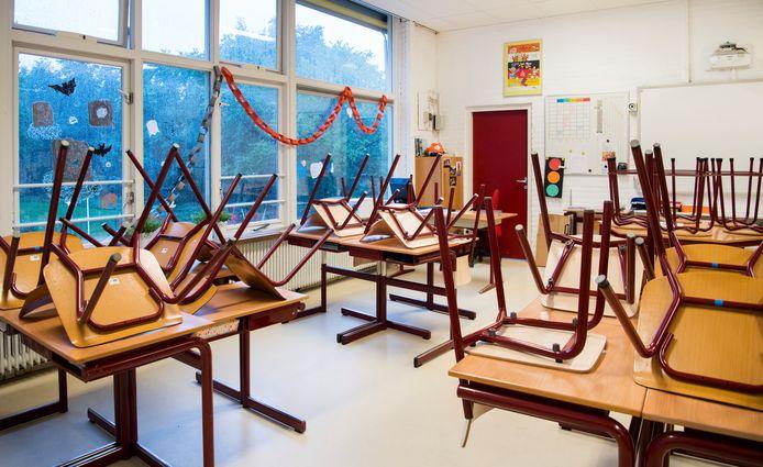 Een leeg klaslokaal op een basisschool.