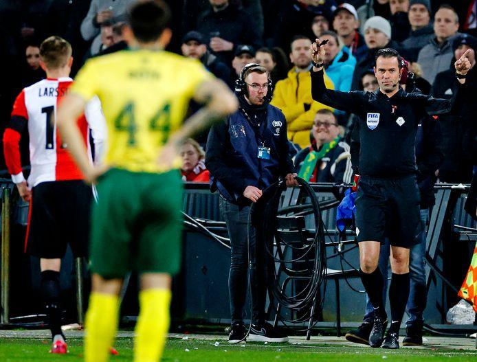 Bas Nijhuis heeft op aanraden van de VAR de beelden bekeken en geeft Feyenoord een penalty.