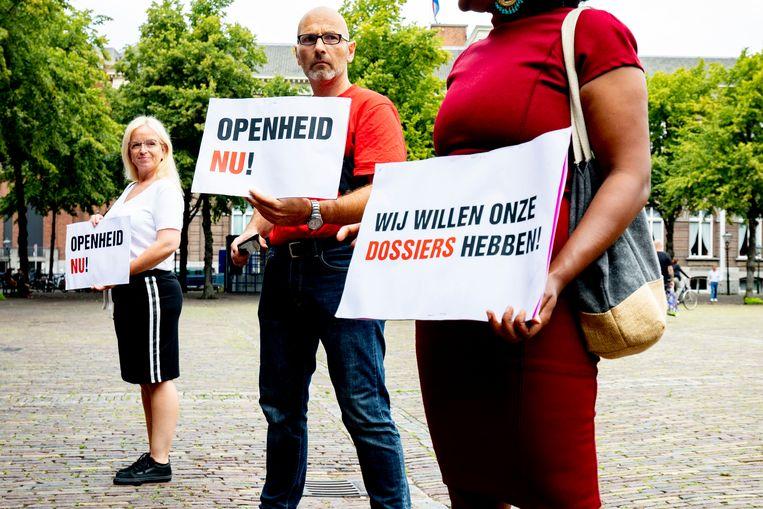 Roger Derikx (midden) bij een demonstratie voor openheid van zaken in de toeslagenaffaire. Beeld BSR Agency