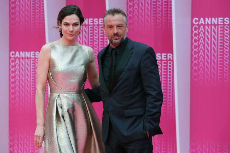 Anna Drijver en Tom Waes, de hoofdrolspelers in 'Undercover', op de roze loper voor de slotceremonie van Canneseries. Beeld AFP