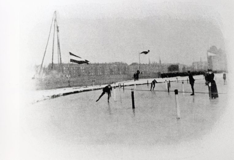 De enige foto die bewaard is gebleven van het WK allround van 1893. Vermoedelijk staat Jaap Eden erop, al is niet duidelijk welke van de twee rijders hij is. Beeld privécollectie Marnix Koolhaas