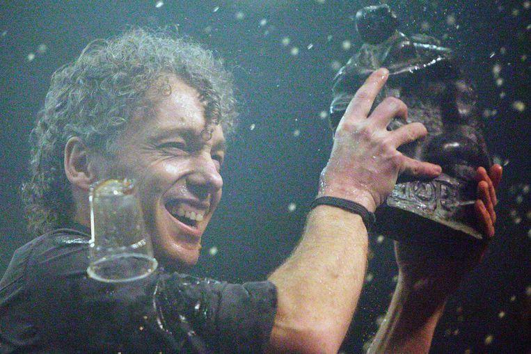 Erik de Jong in 2006 nadat Spinvis de popprijs van het jaarlijkse popfestival Noorderslag heeft gewonnen.<br /> Beeld