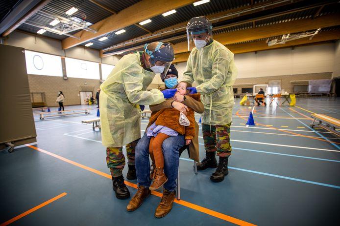 Sint-Truiden test 700 kinderen, met hulp van het leger.  Esmée Fontaine met haar papa Timothy