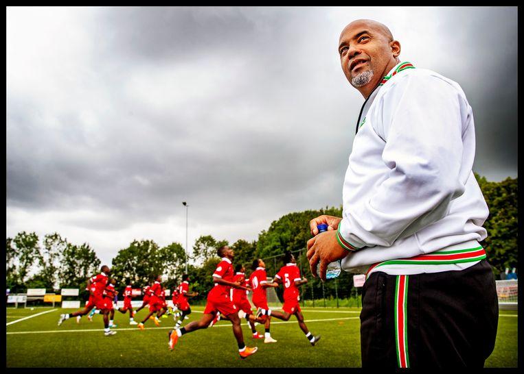 De mannen van het Surinaamse elftal leggen de piepjestest af. Op de voorgrond trainer Dean Gorré. Beeld Pim Ras Fotografie