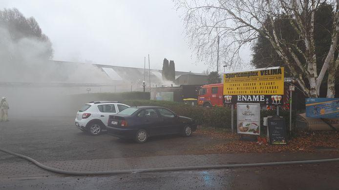 De brand in sporcomplex Velina in Geraardsbergen gaat gepaard met een hevige rookwolk.
