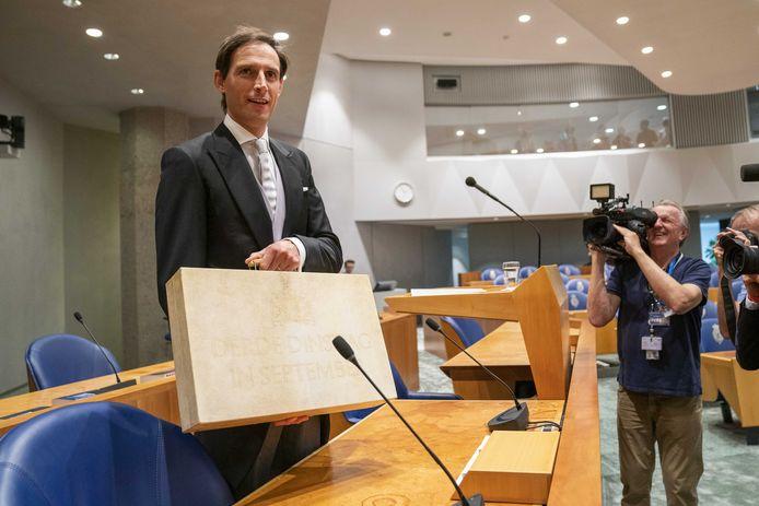 Demissionair minister Wopke Hoekstra van Financien (CDA) presenteert op Prinsjesdag in het tijdelijk onderkomen van de Tweede Kamer aan de Bezuidenhoutseweg het koffertje met de rijksbegroting en miljoenennota.