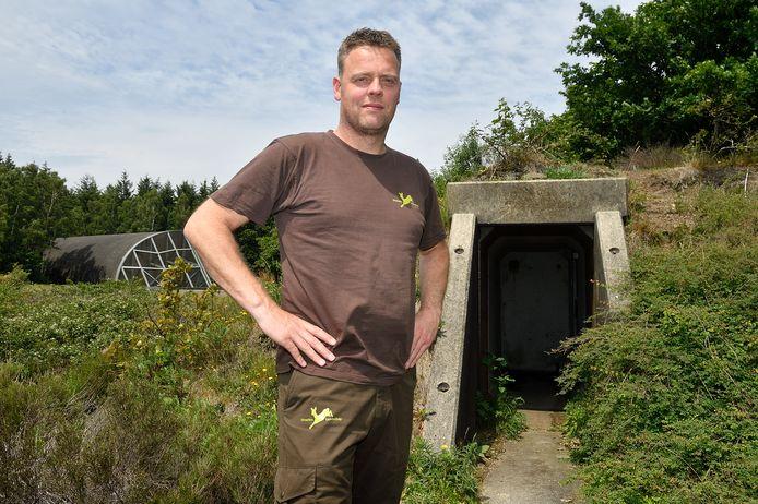 Boswachter Martijn Bergen voor de bunker waar de vleermuizen moeten komen.