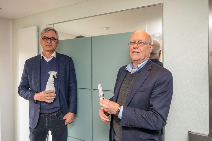 Toon Stappers (links) met de sprayfles en John Rooymans met een UVa-lamp, waarmee virussen kunnen worden gedood.