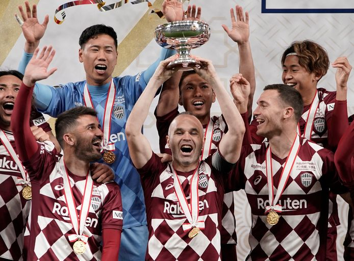 Le Vissel Kobe avec Villa, Iniesta et Vermaelen