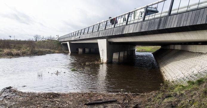 Het fietspad parallel langs de Buurserbeek onderdoor het N18-viaduct bij Rietmolen staat door de hoge waterstand zo ver onder water, dat er geen doorkomen aan is.
