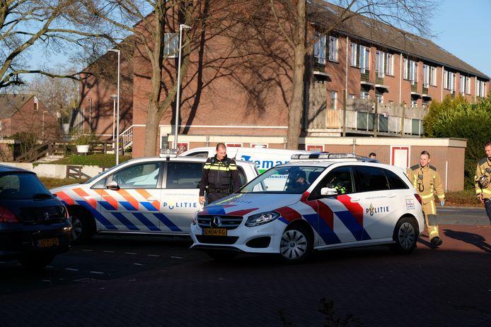In een woning aan de Bloemhove in Zoetermeer is vanmiddag een persoon overleden tijdens werkzaamheden. De recherche en Forensische Opsporing zijn aanwezig om onderzoek te doen.