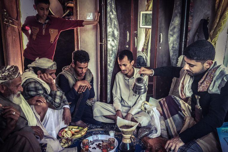 Mokhtar Alkhanshali tijdens een koffieritueel in zijn thuisland Jemen. Beeld COURTESY OF PORT OF MOKHA COFFEE