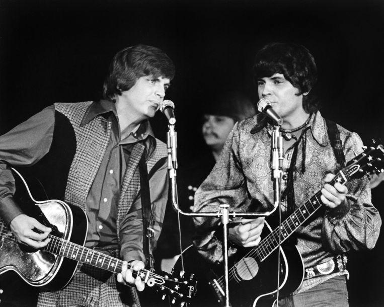 Phil en zijn broer Don Everly (rechts) bij een optreden in 1970.  Beeld EPA