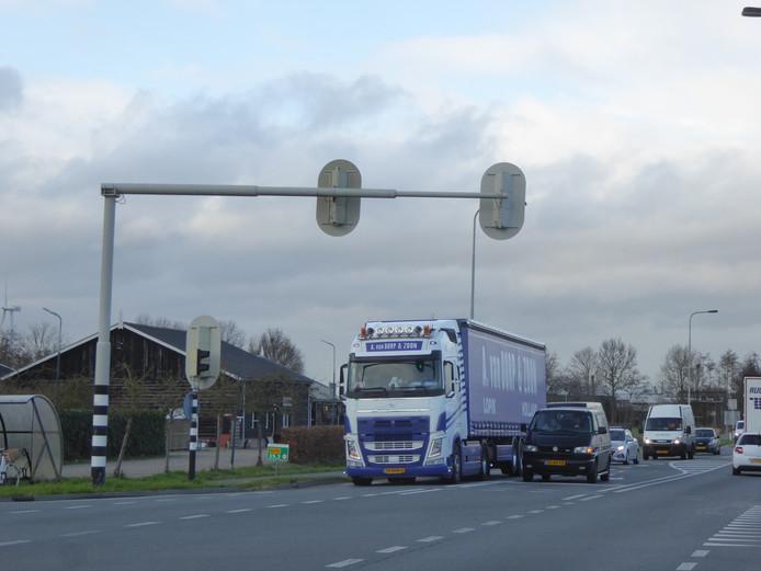De de drukke kruising van de provinciale weg N210 met de  Lopikerweg Oost.