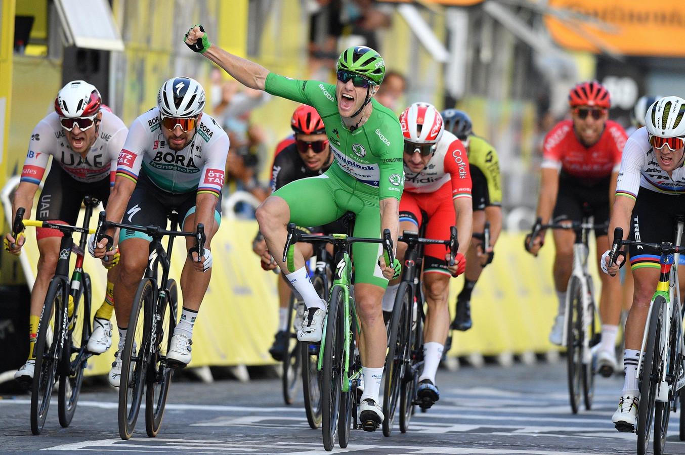 Sam Bennett wint de massasprint op de Champs-Élysées.