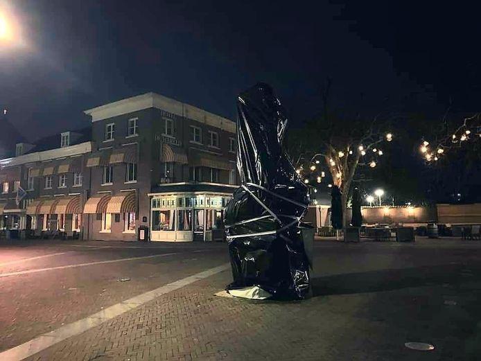 Het ingepakte Vrijheidsbeeld in Wageningen.