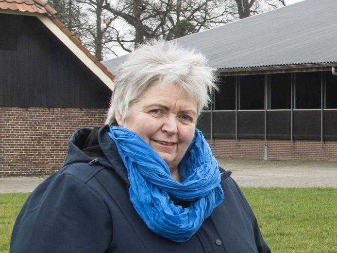 Wilma Paalman (foto) en Jan de Koning van de Coöperatie Hof van Twente op Rozen willen dat iedereen financieel beter wordt van de zonnepanelen.