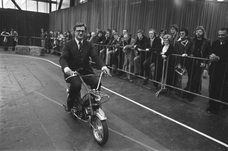 Minister Westerterp opent de Tweewieler RAI in 1976 op een snorfiets. Beeld Rob C. Croes, Nationaal Archief / Anefo, CC0