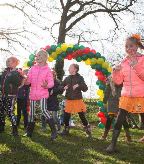 Leerlingen De Akker uit Gramsbergen openen nieuwe Kidsbeweegroute op De Groote Scheere