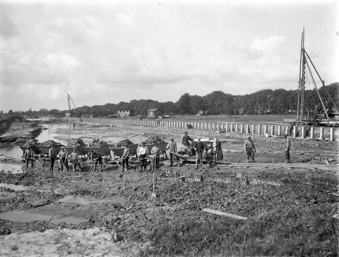 Graafwerk ten behoeve van de aanleg van de Veilinghaven op het terrein bij de Croeselaan. De foto is gemaakt in augustus 1927.
