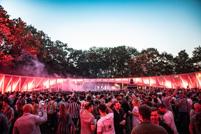 De Arena werd voordien gebruikt op het zomerfestival Contrair Open Air aan het Noordkasteel in Antwerpen.