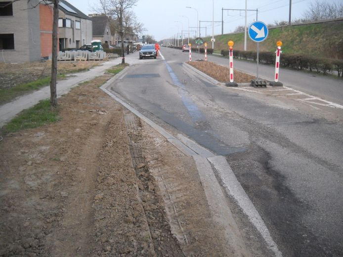 Aan de asverschuiving in de Hombeekseweg in Kapelle-op-den-Bos is duidelijk te zien dat vrachtwagens door de berm reden.