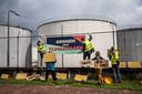 Actievoerders slaan 'klimaatalarm' bij de oliecentrale van Shell in Arnhem.