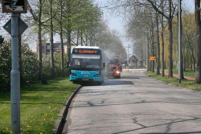 Een stadsbus in Tiel is dinsdag tijdens een rit en brand gevlogen. De brandweer had het vuur snel onder controle.