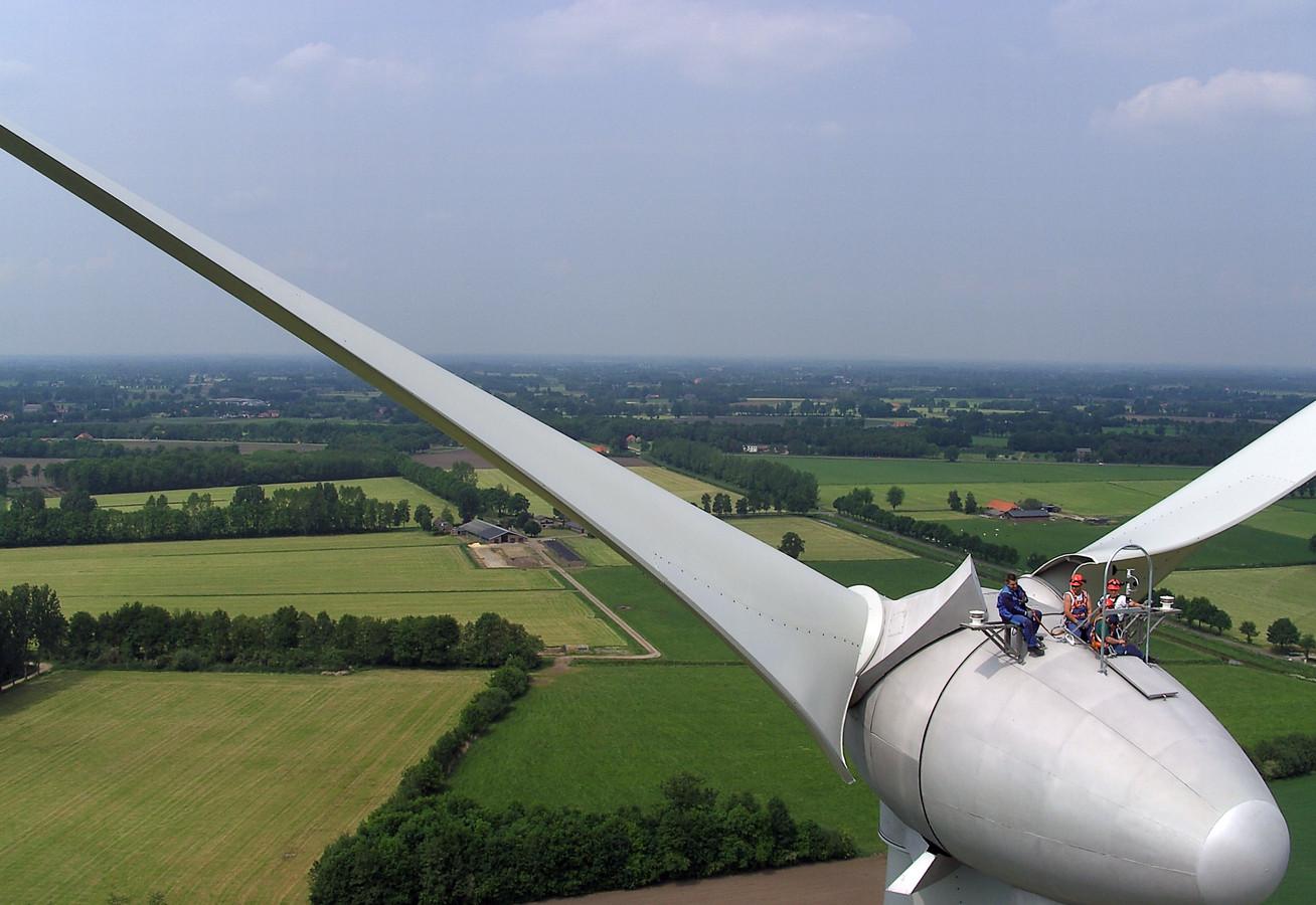 Personeel van van het Duitse bedrijf Enercon pauzeert op een van de windmolens die bij Aalten zijn gerealiseerd. foto Enercon schaftpauze personeel van het Duitse bedrijf Enercon op een vd aaltense windmolens.