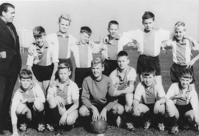 Het jeugdteam van VIOS, met doelman Ton Beije zittend derde van links. Eigen foto