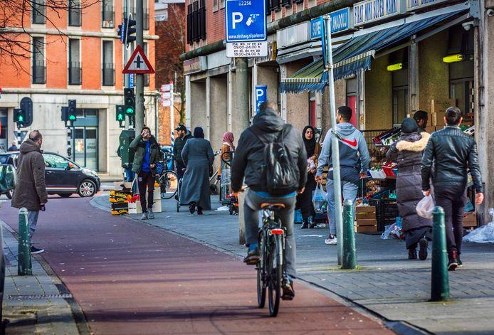 Er komt geen samenscholingsverbod in de Haagse volksbuurten, waar het ondanks de dreiging van het virus behoorlijk druk is op straat.