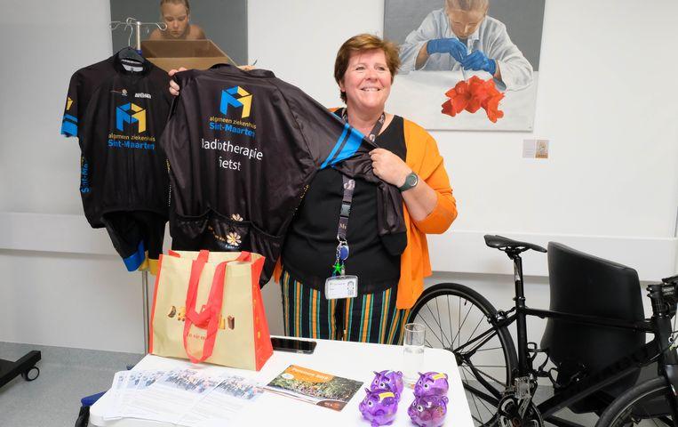 Medewerkster Sabine promoot tijdens de opendeurdag de deelname van de dienst aan de 1.000km voor Kom op tegen Kanker.  Twee teams van medewerkers van de dienst gaan de sportieve uitdaging aan.